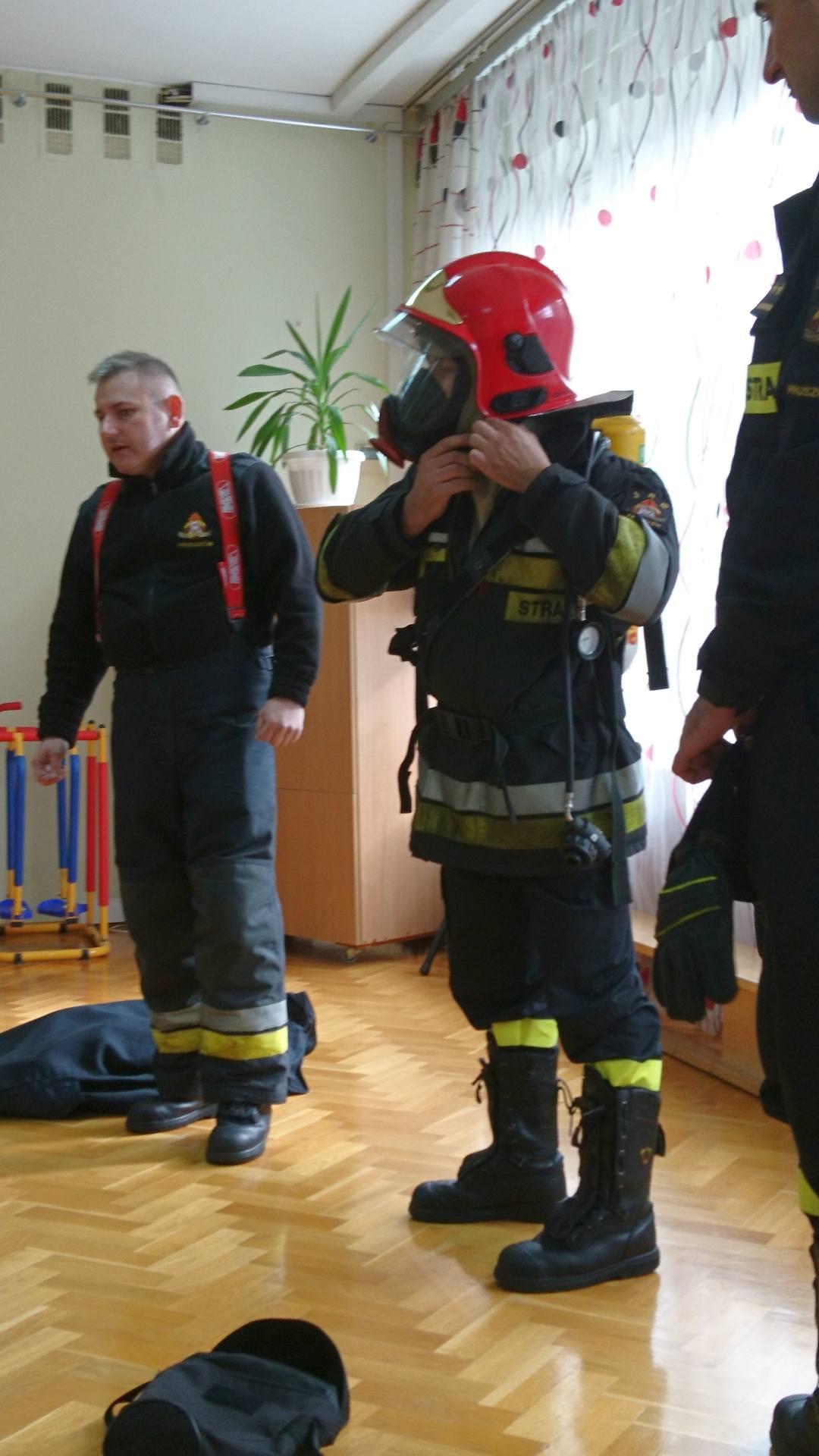 Wizyta strażaków w naszym przedszkolu (4)