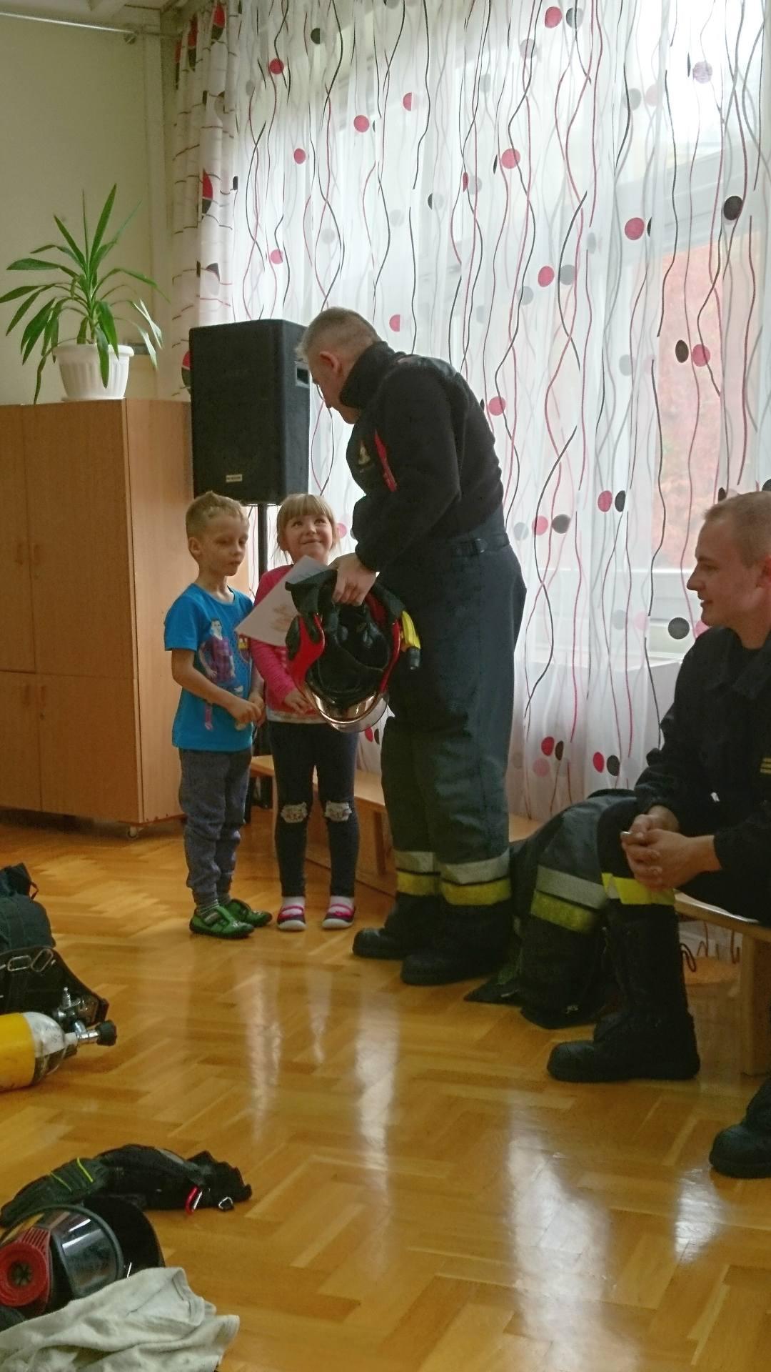 Wizyta strażaków w naszym przedszkolu (6)